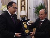 صور.. رئيس الوزراء يهدى درع تكريم لوزير الصناعة السابق