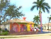 مدمن يدهن منزله بألوان عشوائية بولاية بفلوريدا الأمريكية والسكان يقاضونه