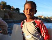 """""""عمرو عاشق النيل"""" طفل نوبى يغنى للسائحين فى قلب الماء بأسوان"""