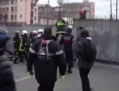 فيديو .. اشتباكات بين الشرطة الفرنسية ورجال الإطفاء خلال مظاهرة بباريس
