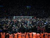 جماهير أستون فيلا تقتحم الملعب للإحتفال بالتأهل بعد هدف تريزيجيه القاتل.. صور