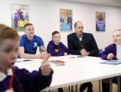 ضحك ولعب.. الأمير وليام يداعب الأطفال خلال زيارته لجمعية خيرية