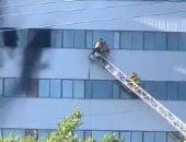 على طريقة الأفلام.. رجال الإطفاء ينقذون رجلًا من حريق مبنى فى أمريكا.. فيديو