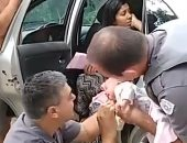 ضابطا شرطة ينقذان رضيعة عمرها 17 يوما بقبلة الحياة فى البرازيل.. فيديو