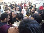 """شاهد.. زحام كبير فى حفل توقيع """"الزمن"""" لـ مصطفى إبراهيم بـ معرض الكتاب"""