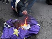 صور.. رجل مؤيد لبريكست يحرق علم الاتحاد الأوروبى بمحيط داوننج ستريت فى لندن