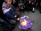 متظاهر يحرق علم الاتحاد الأوروبى وسط مسيرات مؤيدة لبريكست فى لندن