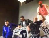فيديو.. إصابة سعد لمجرد وأعضاء فرقة مغربية بعد سقوطهم من أعلى المسرح