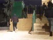 شرطة الاحتلال تعتدى على المصلين فى ساحة الأقصى بعد صلاة الفجر.. فيديو