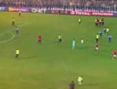 فيديو.. جمهور السودان يقتحم ملعب مباراة الأهلى والهلال والأمن يتدخل بالكلاب