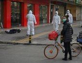 فيديو.. رعب فى الشارع الصينى بعد وفاة مصاب بكورنا أثناء مشيه