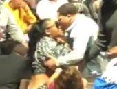 علقة سخنة من ملاكم لزوجته في مباراة كرة سلة.. فيديو