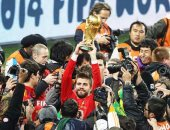فيفا يحتفل بعيد ميلاد نجم برشلونة بيكيه بصورته وهو يحمل كأس العالم 2010