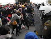 قنابل غاز لمواجهة مظاهرة اللاجئون والمهاجرون فى جزيرة يونانية
