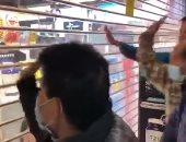 صينيون يحاولون اقتحام صيدلية بهونج كونج بعد إغلاقها لاقتناء أقنعة.. فيديو