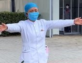"""كورونا يحرم الأمهات من أطفالهن.. صينية تحتضن طفلتها بـ""""عناق هواء""""..فيديو"""