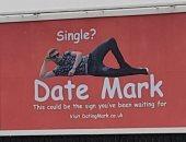 حد عاوز قلب فاضى .. شاب بريطانى يؤجر لوحة إعلانية للبحث عن فتاة يواعدها