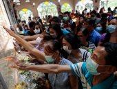 """صلوات الفلبينيين على أضواء الشموع للنجاة من فيروس """"كورونا"""""""