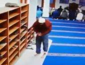 نيشان ينشر فيديو لسرقة لص أحذية مصلين من مسجد.. ويعلق: أَستَغْفِرُ الله