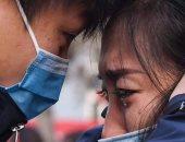 """الحب فى زمن الكورونا.. ممرضة في الحجر الصحى تحتضن طفلتها بـ""""عناق هوائي"""" حتى لا تلمسها.. وأطباء يودعون زوجاتهم بالدموع قبل السفر إلى """"ووهان"""".. وامرأة يموت زوجها أمام عينيها بسبب """"الوباء"""""""