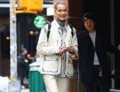 بيلا حديد ببدلة جينز من كافالى قبل انطلاق أسبوع الموضة بنيويورك.. صور