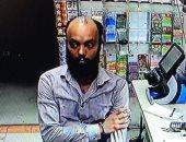 حرص ولا تخون.. عامل يسرق محطة وقود أمريكية بأول يوم عمل ويخفى هويته ببراعة