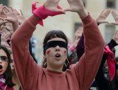 أغنية تشيلية ضد الاغتصاب والعنف تتحول لأيقونة احتجاج نساء العالم.. فيديو