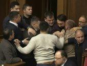 فيديو.. اشتباكات بالأيدى بين نواب البرلمان الأوكرانى.. اعرف السبب