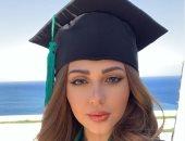ميريام فارس تثير حيرة جمهورها بصورة بملابس التخرج من الجامعة