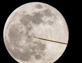 أول قمر عملاق خلال العقد يرتفع للسماء مساء غد