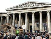 نشطاء المناخ يتظاهرون ضد شركة بريتيش بتروليوم خارج المتحف البريطاني