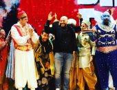 مجدى الهوارى يحتفل بعيد ميلاده وسط نجوم مسرحية علاء الدين على خشبة المسرح