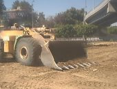 رفع 15 طن أتربة وتراكمات من الطريق الموازي للمسار السياحي فى مدينة البياضة بالأقصر