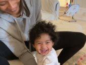 زوجة كوبى براينت تظهر مع طفلته الرضيعة وهى تتعلم المشى