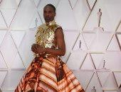 زى كل سنة.. بيلى بورتر يثير الجدل بفستان ذهبى خلال حفل توزيع جوائز الأوسكار