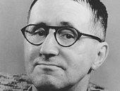 المسرحى بريشت هرب من هتلر 15 عاما ليعود ويحصد جائزة ستالين للسلام..اعرف حكايته