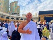 """صورة جديدة لـ""""أحمد مكى"""" من أمام الكعبة خلال أدائه مناسك العمرة"""