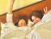 بالبيجامة واللحاف.. جلسة تصوير لنجلاء بدر وإنجى على فى السرير
