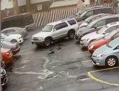 """""""ساقط سواقة"""" سائق حاول الخروج بسيارته من ساحة انتظار فحطم سيارتين في نيويورك"""