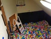 أمريكى يبنى غرفة سرية مملوءة بـ 35 ألف كرة للتخلص من التوتر.. صور وفيديو