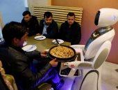 للمرة الأولى فى أفغانستان.. روبوت يقدم الأطعمة بأحد المطاعم