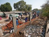 صور.. الهند تحجب رؤية ترامب لبيوت الفقراء بجدار عازل