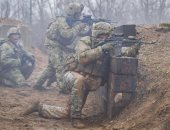 جنود أمريكيون يجرون تدريبات على إطلاق النار الحى بقاعدة فورت كامبل