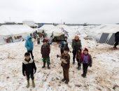 الشتاء المر.. سوريون بلا مأوى يحرقون القمامة بحثا عن الدفء وسط الثلوج