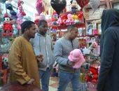 """صور.. أهالى الأقصر يتوافدون على المحلات لشراء هدايا """"عيد الحب"""""""
