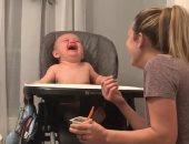 """طفل يدخل فى نوبة ضحك هيستيرى بسبب """"عطسة أمه"""".. فيديو"""