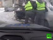 فيديو.. سائق مخمور يجر شرطياً حاول إيقافه أثناء القيادة بأسبانيا