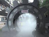 بناء نفق معقم يرش الموظفين بالمطهرات لمحاربة فيروس كورونا في الصين