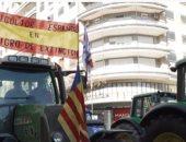 """""""مظاهرة بالجرارات"""".. مزارعو فالنسيا يحتجون بإغلاق الطرق في أسبانيا (فيديو)"""