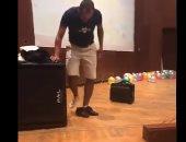 أستاذ جامعى بجامعة المنصورة يخلع ملابسه أمام الطلاب الجدد.. فيديو